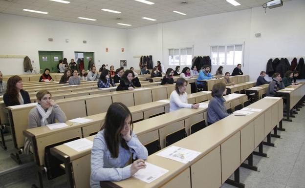 Examen de oposiciones para el Servicio Extremeño de Salud (SES) en el campus cacereño.