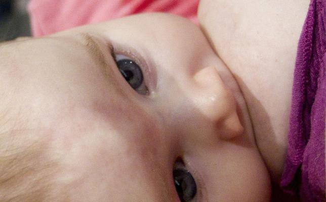 La lactancia materna también protege a la madre del ictus y el infarto