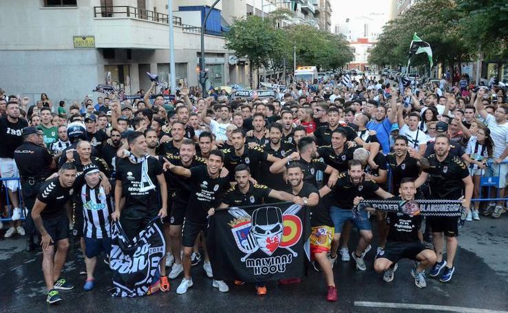 La plantilla del Badajoz celebra el ascenso con la afición