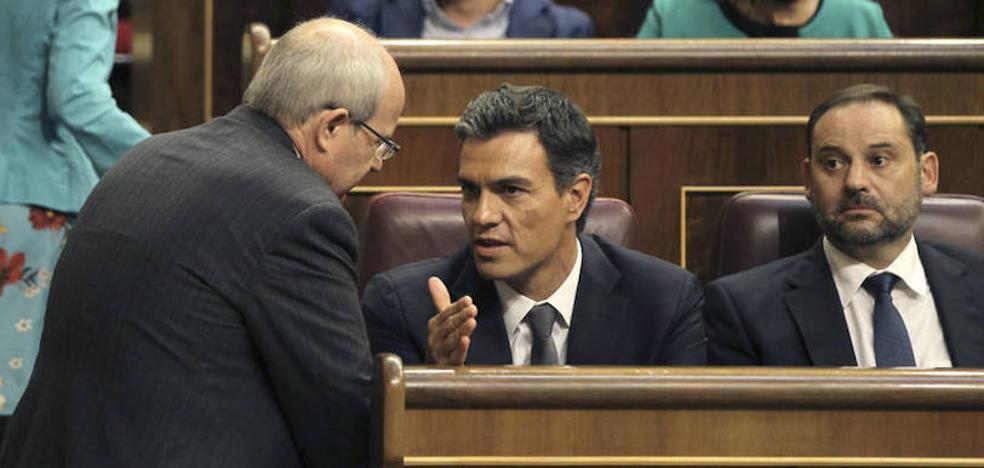 Sánchez y su número dos discrepan sobre los alcaldes del PSC