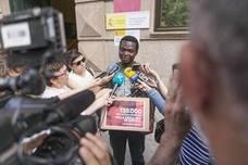 'Mou' entrega 139.000 firmas que intentan frenar su expulsión