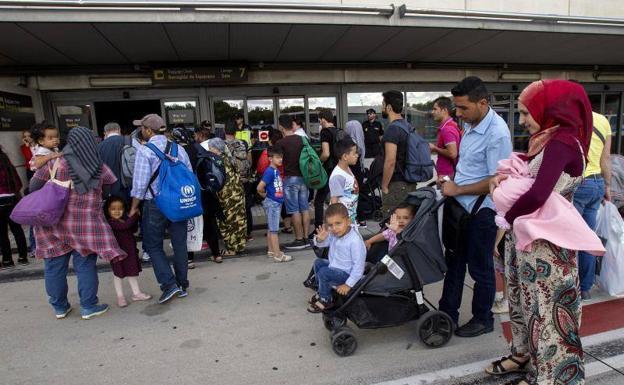 Llegan 184 refugiados 21 de ellos con destino a for Ministerio del interior spain