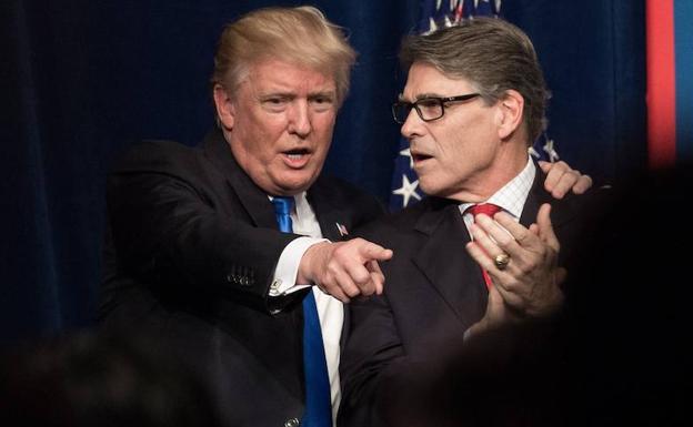 Trump habla con Rick Perry.