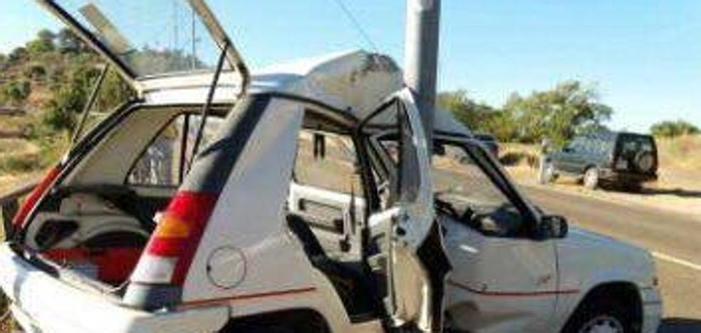 Tres heridos en el choque de un coche contra una farola en Alburquerque