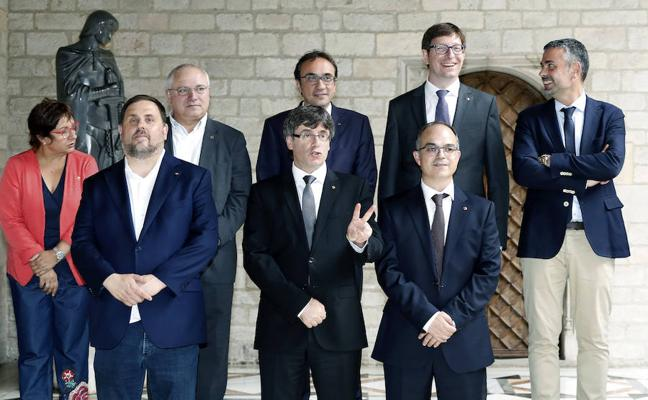 Puigdemont cesa a tres consejeros del PDeCAT para ir hasta el final con el referéndum