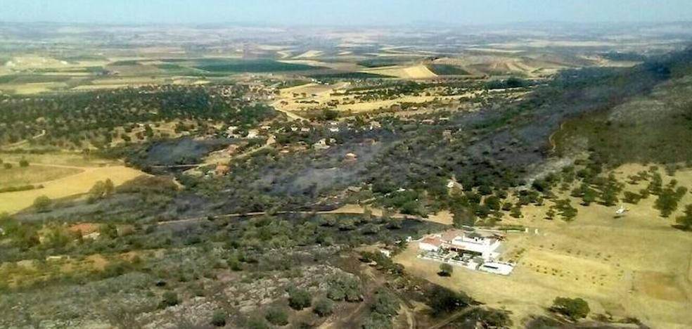 El incendio de la Sierra de San Serván está perimetrado pero continúa activo