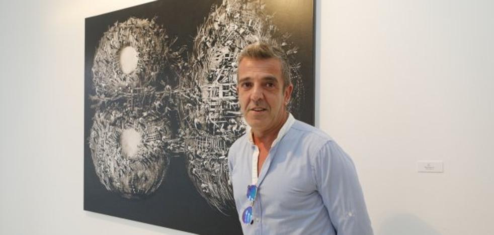 Pintura de José Benítez en la sala de arte El Brocense