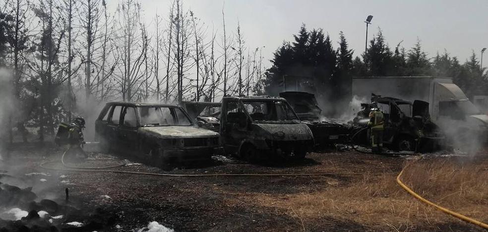 Arden cuatro vehículos en un incendio de pastos en Villafranco del Guadiana