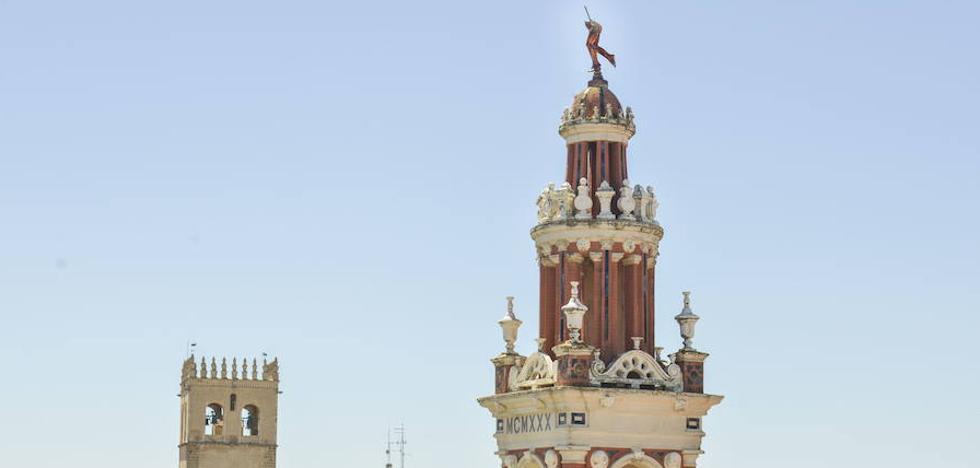 La réplica de Mercurio volverá el próximo martes a coronar el edificio de La Giralda de Badajoz