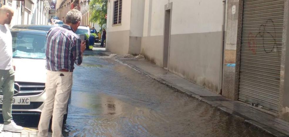 Un reventón en una tubería inunda la calle De Gabriel del Casco Antiguo