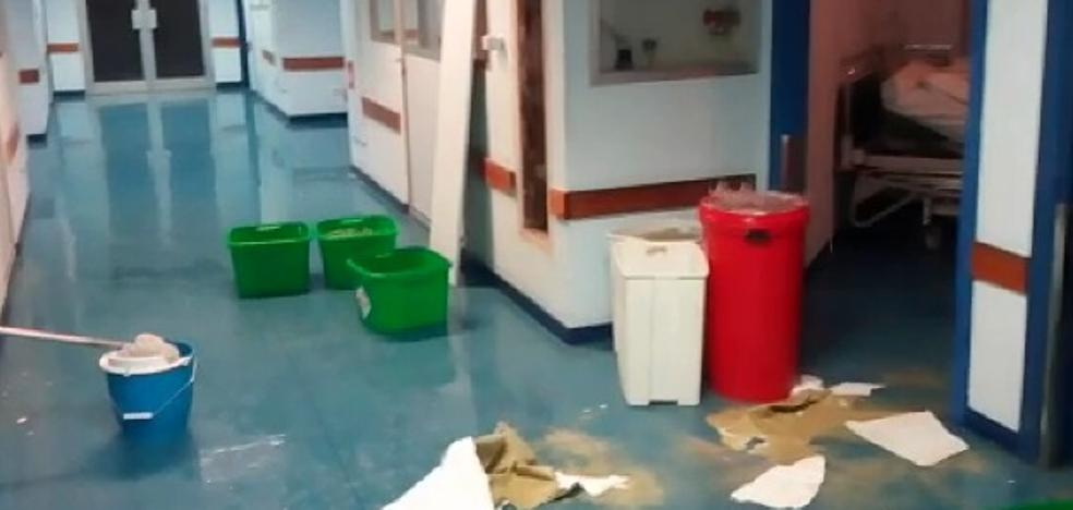 El reventón de una tubería inunda un pasillo del Materno Infantil