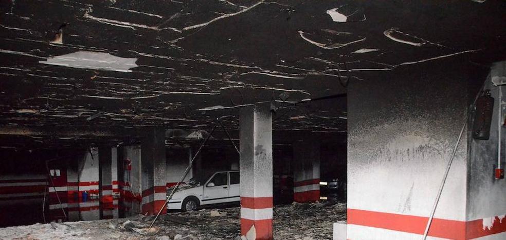 Incertidumbre entre los vecinos afectados por el incendio del garaje