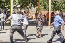 Un centenar de abuelos y niños disfrutan en Cáceres de una jornada intergeneracional
