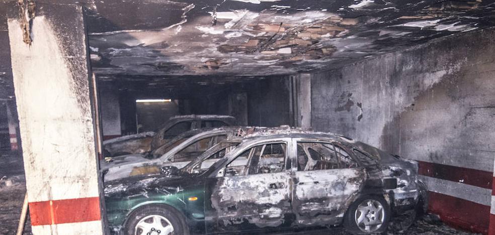 El incendio del garaje dejó el bloque sin agua y algunos vecinos han decidido marcharse