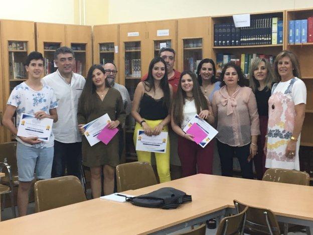 Alumnos premiados con miembros del AMPA y del instituto. :: f. h.