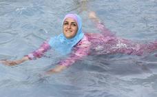 Piden a una mujer que se bañó en burkini pagar la limpieza de la piscina
