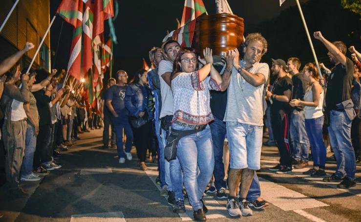 Cientos de personas homenajean al preso de ETA muerto en la cárcel de Badajoz