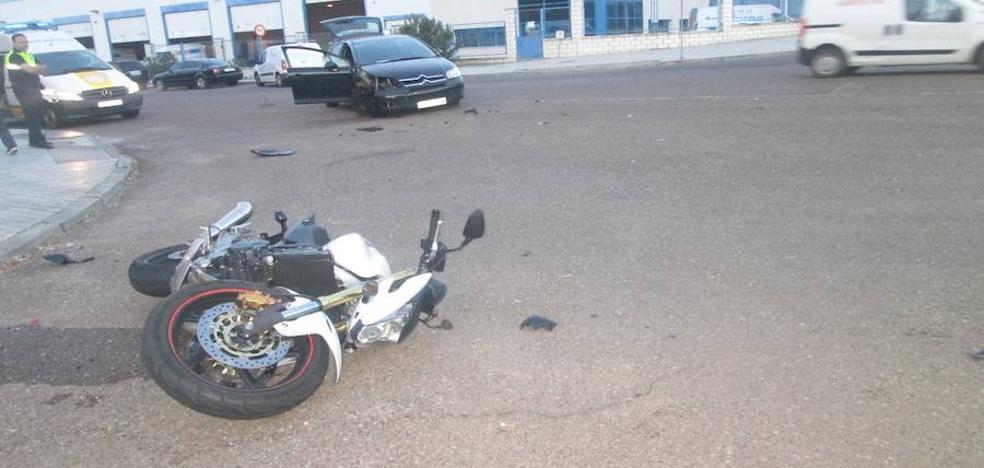 Un motorista resulta herido en una colisión con un coche en Badajoz