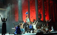 'La bella Helena' arranca las carcajadas del público del Teatro Romano en el Festival de Mérida