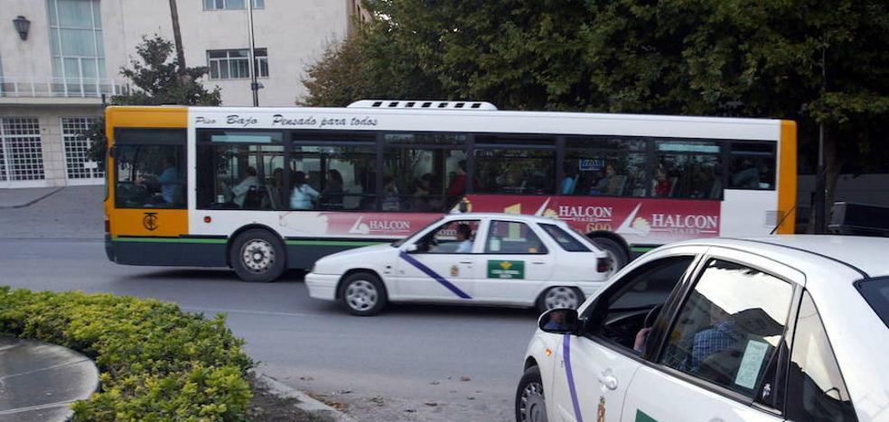 Estrella su taxi en Jaén para evitar que le agrediesen con una navaja
