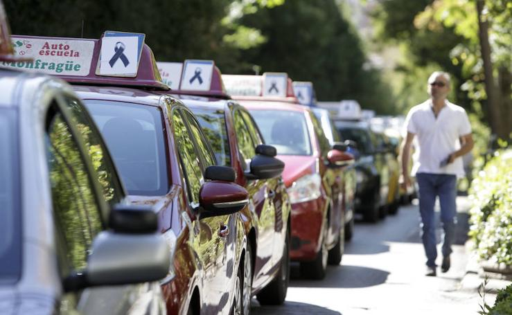 Las autoescuelas se manifiestan con 35 vehículos en Cáceres