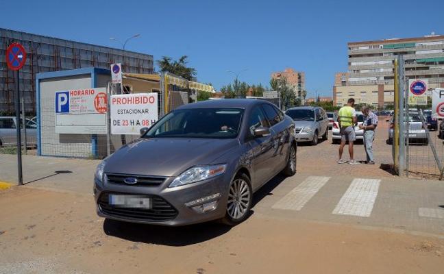El aparcamiento contiguo a la parroquia de San José reduce a la mitad sus plazas