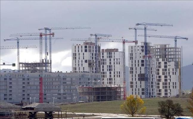 La compraventa de viviendas modera su crecimiento