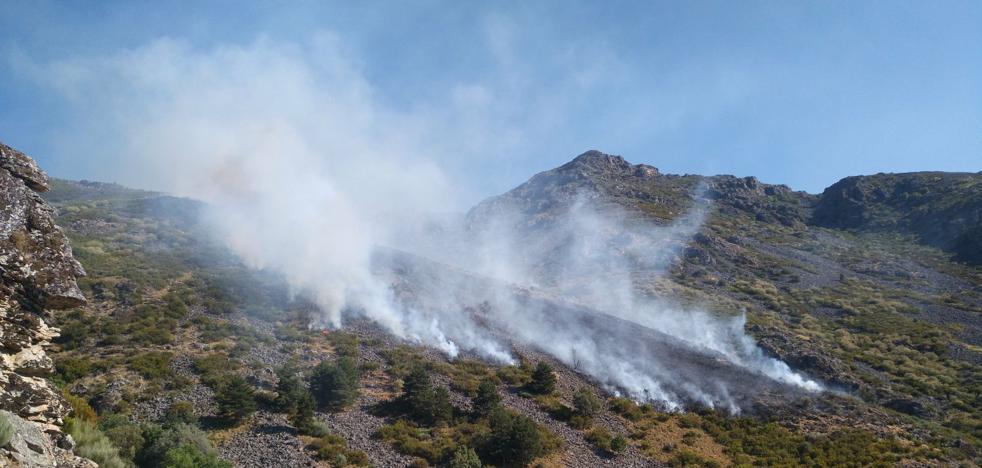 Miembros del Infoex actúan en la extinción de un incendio cerca de Hervás