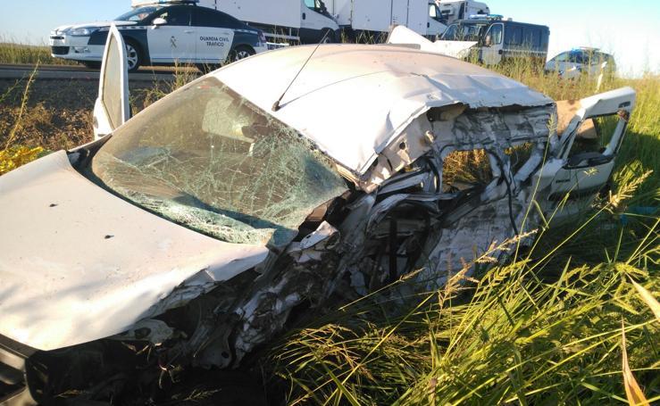 El choque de un tráiler y una furgoneta deja un fallecido cerca de Santa Amalia