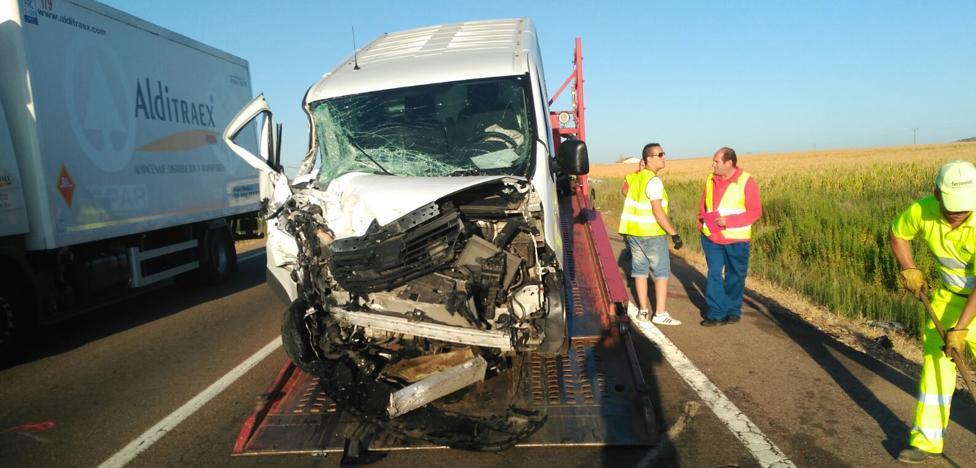 El choque de un tráiler y una furgoneta en Santa Amalia deja un fallecido y un herido grave