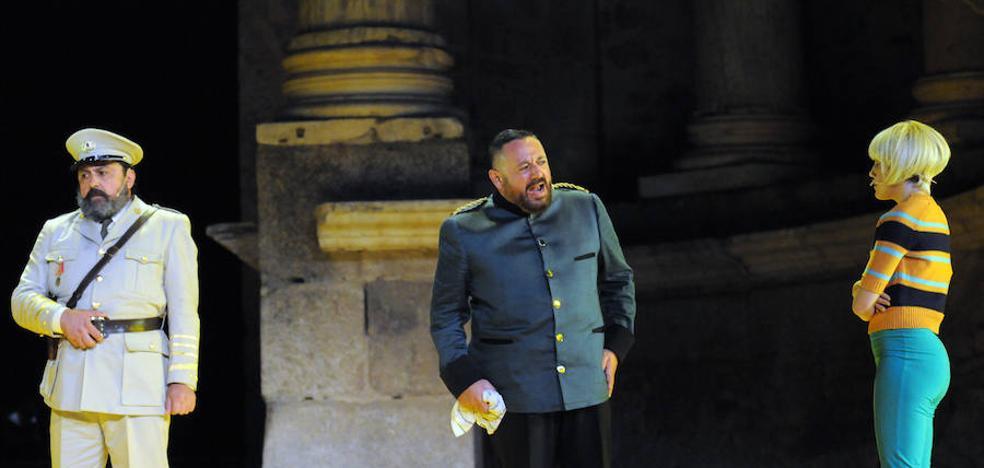 'La comedia de las mentiras' llena el Teatro Romano