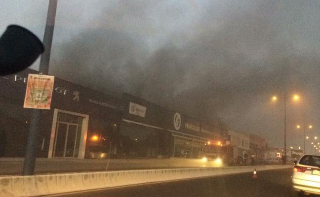 Arde la oficina de un concesionario en Almendralejo