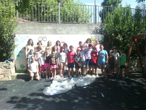 Participantes en la elaboración de uno de los murales. :: jorge