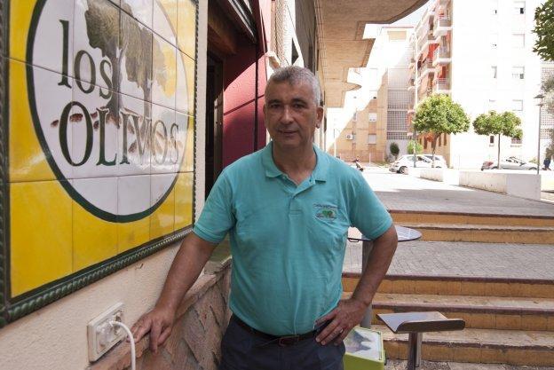 Sánchez, a la puerta del bar que regenta en El Puerto de Santa María. :: armero