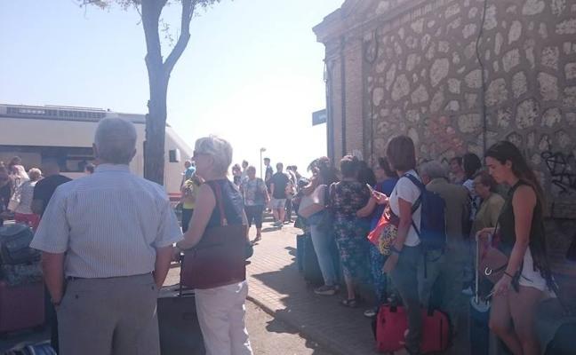 Puente negro para los pasajeros de los trenes con destino Extremadura