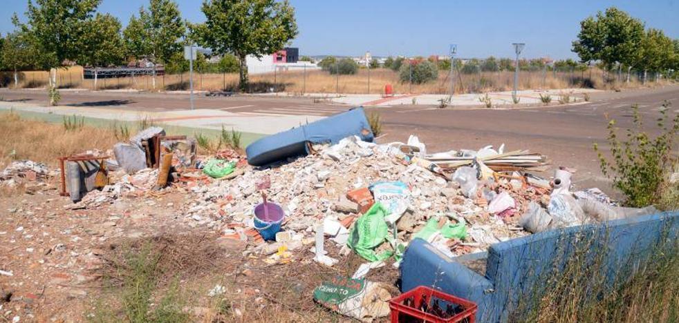 Ripios y basura en los accesos sin construir de la avenida Adolfo Suárez, junto al hospital