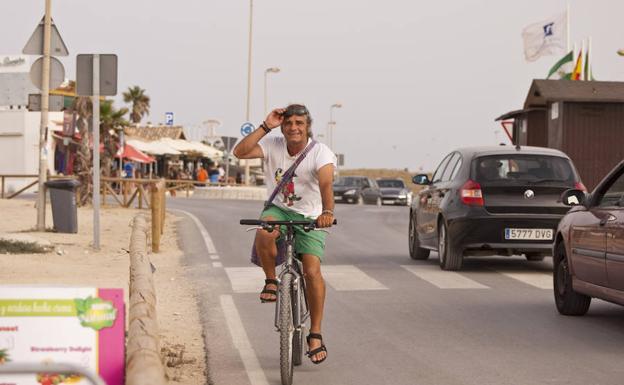 En El Palmar, por la carretera que discurre paralela a la playa, en su segundo día de vacaciones. :: Armero