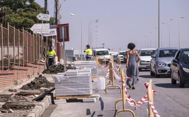 Sustituyen las aceras dañadas en cuatro calles principales del polígono El Nevero