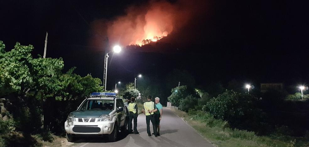 Perimetrado un incendio en Gata, en una zona de difícil acceso