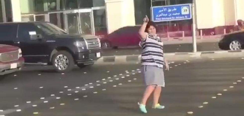 La Policía de Arabia Saudí detiene a un adolescente por bailar la Macarena en la calle