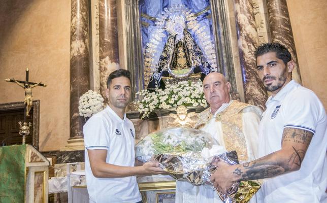 El C.D. Badajoz hace su tradicional ofrenda floral a la Soledad