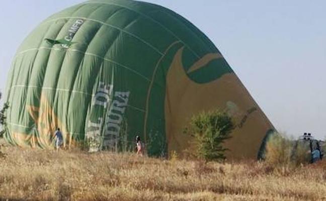 Un globo aerostático aterriza en La Atalaya sorprendiendo a los vecinos