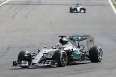 Hamilton golpea primero