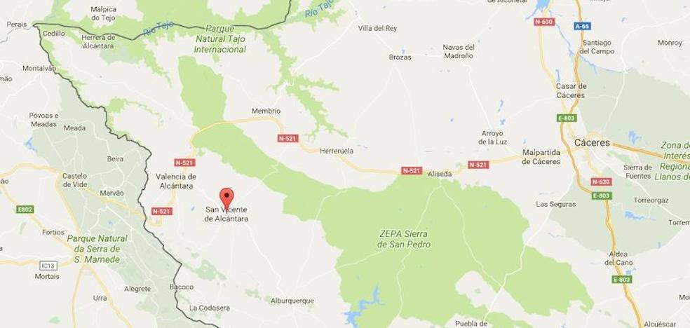 En estado crítico un hombre de 86 años tras chocar un coche y una moto en San Vicente de Alcántara