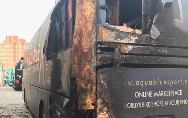 Detienen a un hombre por prender fuego al autobús del equipo Aqua Blue Sport