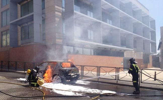Un coche arde en Mérida justo después de que salieran los ocupantes