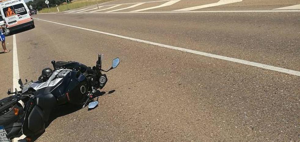 Un motorista resulta herido leve tras sufrir una caída en la carretera de Alburquerque