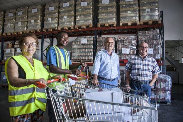Dos voluntarios del Banco de Alimentos junto con el presidente y secretario de la entidad. :: pakopí