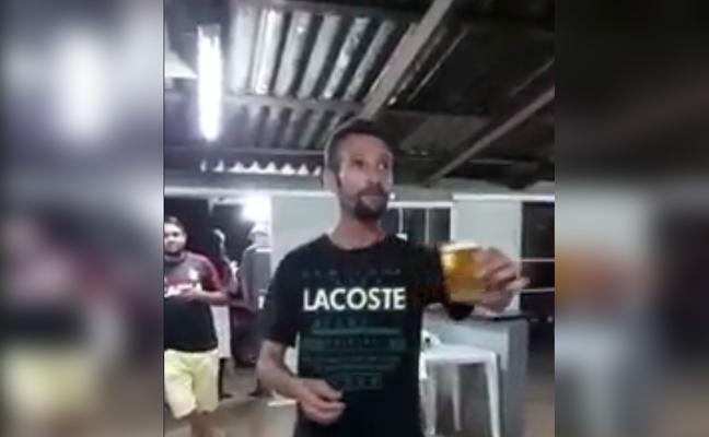 Vuelta de campana con una cerveza en la mano