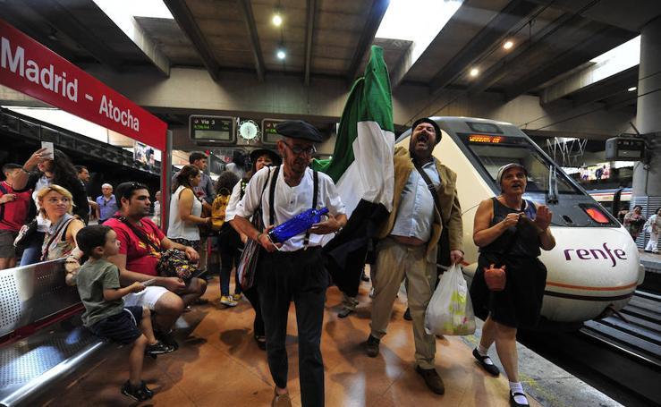 Extremeños caracterizados como 'Los Santos Inocentes' llegan a Atocha para pedir un tren digno